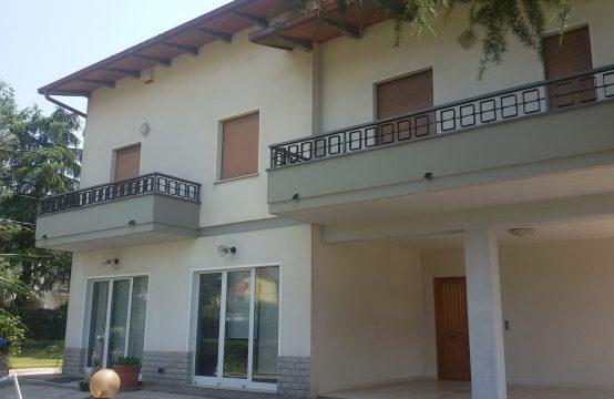 Villa bifamiliare con terreno edificabile